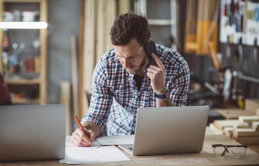 Travailleur au téléphone et ordinateur